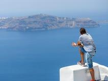 Ο νεαρός άνδρας κοιτάζει caldera Santorini Στοκ φωτογραφίες με δικαίωμα ελεύθερης χρήσης