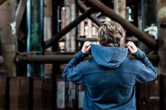 Ο νεαρός άνδρας κρατά την κουκούλα χεριών στοκ εικόνες