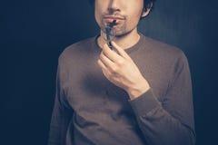 Ο νεαρός άνδρας με τα γυαλιά σκέφτεται Στοκ φωτογραφία με δικαίωμα ελεύθερης χρήσης