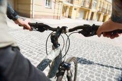 Ο νεαρός άνδρας με τη δερματοστιξία ανακυκλώνει στην πόλη Στοκ φωτογραφία με δικαίωμα ελεύθερης χρήσης