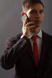 Ο νεαρός άνδρας μιλά πωλεί το τηλέφωνο Στοκ Εικόνες