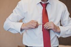Ο νεαρός άνδρας ντύνει έναν δεσμό 1015 Στοκ Φωτογραφία