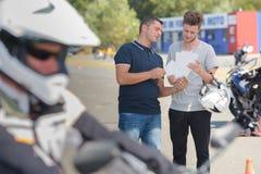 Ο νεαρός άνδρας πέρασε την άδεια οδηγών Στοκ φωτογραφία με δικαίωμα ελεύθερης χρήσης