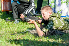 Ο νεαρός άνδρας πήρε το στόχο με το αεροβόλο πιστόλι Στοκ Φωτογραφίες