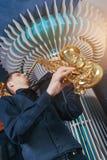 Ο νεαρός άνδρας παίζει ένα μουσικό saxophone οργάνων Στοκ Εικόνες