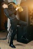 Ο νεαρός άνδρας παίζει ένα μουσικό saxophone οργάνων Στοκ εικόνα με δικαίωμα ελεύθερης χρήσης