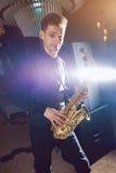 Ο νεαρός άνδρας παίζει ένα μουσικό saxophone οργάνων Στοκ φωτογραφίες με δικαίωμα ελεύθερης χρήσης