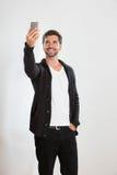 Ο νεαρός άνδρας παίρνει μια αυτοπροσωπογραφία στοκ εικόνες