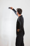 Ο νεαρός άνδρας παίρνει μια αυτοπροσωπογραφία στοκ φωτογραφίες με δικαίωμα ελεύθερης χρήσης