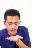 Ο νεαρός άνδρας παίρνει το χάπι Στοκ φωτογραφία με δικαίωμα ελεύθερης χρήσης