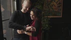 Ο νεαρός άνδρας παρουσιάζει στη φίλη του έξυπνο ρολόι, το οποίο είχε αποκτήσει πρόσφατα φιλμ μικρού μήκους