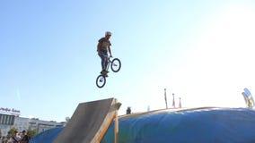 Ο νεαρός άνδρας πηδά στο ποδήλατο στο aeromat κατά τη διάρκεια του μεγάλου πρωταθλήματος αλμάτων αερόσακων της περιοχής Perm απόθεμα βίντεο