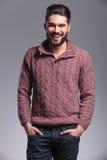 Ο νεαρός άνδρας που γελά κρατώντας δικών του παραδίδει την τσέπη Στοκ Εικόνες