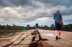 Ο νεαρός άνδρας που επισκέπτεται το ναό Angkor Wat, παγκόσμια κληρονομιά της ΟΥΝΕΣΚΟ, Siem συγκεντρώνει την επαρχία, Καμπότζη 3 Σ Στοκ εικόνα με δικαίωμα ελεύθερης χρήσης