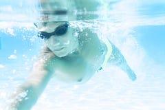 Ο νεαρός άνδρας που κολυμπά το μέτωπο σέρνεται ύφος στοκ εικόνες