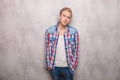 Ο νεαρός άνδρας που κρατά δικών του παραδίδει τις τσέπες Στοκ Φωτογραφίες