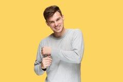 Ο νεαρός άνδρας που χαμογελά και που εξετάζει τη κάμερα Στοκ φωτογραφία με δικαίωμα ελεύθερης χρήσης