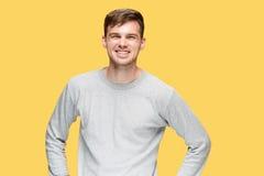 Ο νεαρός άνδρας που χαμογελά και που εξετάζει τη κάμερα Στοκ Φωτογραφίες