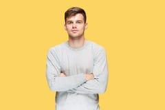 Ο νεαρός άνδρας που χαμογελά και που εξετάζει τη κάμερα Στοκ εικόνες με δικαίωμα ελεύθερης χρήσης