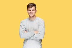 Ο νεαρός άνδρας που χαμογελά και που εξετάζει τη κάμερα Στοκ Εικόνες