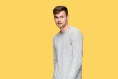 Ο νεαρός άνδρας που χαμογελά και που εξετάζει τη κάμερα Στοκ Φωτογραφία