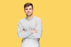 Ο νεαρός άνδρας που χαμογελά και που εξετάζει τη κάμερα Στοκ εικόνα με δικαίωμα ελεύθερης χρήσης