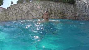 Ο νεαρός άνδρας προκύπτει από το νερό στη λίμνη απόθεμα βίντεο