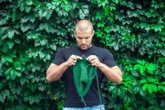 Ο νεαρός άνδρας πλέκει Στοκ Φωτογραφία