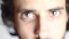 Ο νεαρός άνδρας πλησιάζει το βλέμμα της στις προσεγγίσεις νεαρών άνδρων καμερών το βλέμμα της στη κάμερα φιλμ μικρού μήκους