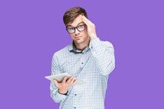 Ο νεαρός άνδρας σε ένα πουκάμισο που λειτουργεί στο lap-top στην πασχαλιά backgroundin Στοκ εικόνα με δικαίωμα ελεύθερης χρήσης