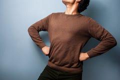 Ο νεαρός άνδρας στέκεται σε μια υπερήφανη θέση Στοκ Φωτογραφία