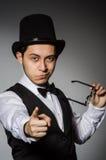 Ο νεαρός άνδρας στην κλασσικά μαύρα φανέλλα και το καπέλο στοκ εικόνες