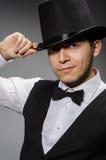 Ο νεαρός άνδρας στην κλασσικά μαύρα φανέλλα και το καπέλο στοκ φωτογραφίες