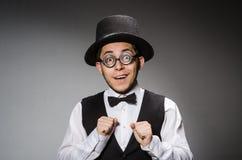 Ο νεαρός άνδρας στην κλασσικά μαύρα φανέλλα και το καπέλο στοκ εικόνες με δικαίωμα ελεύθερης χρήσης