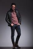 Ο νεαρός άνδρας στο σακάκι δέρματος που κρατά δικοί του παραδίδει την τσέπη Στοκ εικόνα με δικαίωμα ελεύθερης χρήσης