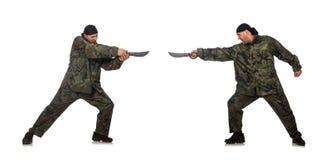 Ο νεαρός άνδρας στρατιωτών μαχαίρι εκμετάλλευσης που απομονώνεται στο ομοιόμορφο στο λευκό Στοκ Εικόνες