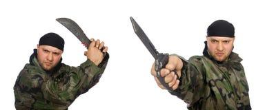 Ο νεαρός άνδρας στρατιωτών μαχαίρι εκμετάλλευσης που απομονώνεται στο ομοιόμορφο στο λευκό Στοκ εικόνες με δικαίωμα ελεύθερης χρήσης