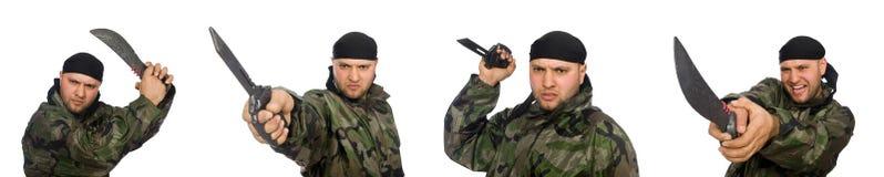 Ο νεαρός άνδρας στρατιωτών μαχαίρι εκμετάλλευσης που απομονώνεται στο ομοιόμορφο στο λευκό Στοκ φωτογραφία με δικαίωμα ελεύθερης χρήσης