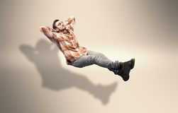 Ο νεαρός άνδρας χαλαρώνει στοκ φωτογραφία με δικαίωμα ελεύθερης χρήσης