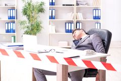 Ο νεκρός επιχειρηματίας σε αυτό το γραφείο στοκ εικόνες