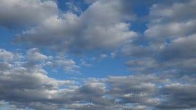 Ο νεφελώδης μπλε ουρανός, μέρος των άσπρων και γκρίζων σύννεφων πετά αργά μακριά φιλμ μικρού μήκους