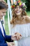 Ο νεόνυμφος έβαλε σε ένα δαχτυλίδι στο δάχτυλο νυφών ` s κατά τη διάρκεια της γαμήλιας τελετής Στοκ Φωτογραφίες