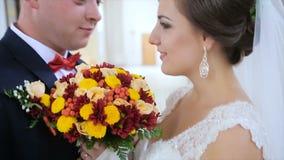 Ο νεόνυμφος δίνει στη νύφη μια γαμήλια ανθοδέσμη απόθεμα βίντεο