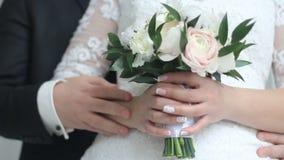 Γαμήλια λουλούδια στα χέρια της νύφης απόθεμα βίντεο