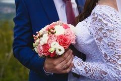 Ο νεόνυμφος αγκαλιάζει τη νύφη στοκ εικόνες