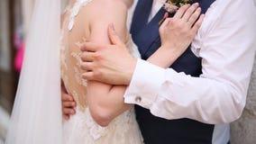 Ο νεόνυμφος αγκαλιάζει την κινηματογράφηση σε πρώτο πλάνο νυφών Γάμος στο Μαυροβούνιο και απόθεμα βίντεο