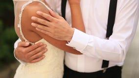 Ο νεόνυμφος αγκαλιάζει την κινηματογράφηση σε πρώτο πλάνο νυφών Γάμος στο Μαυροβούνιο και φιλμ μικρού μήκους