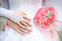 Ο νεόνυμφος αγκαλιάζει τη νύφη, η νύφη κρατά μια γαμήλια ανθοδέσμη Στοκ εικόνα με δικαίωμα ελεύθερης χρήσης
