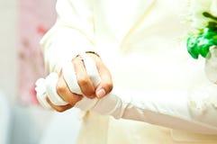 Ο νεόνυμφος αρπάζει το χέρι της νύφης στη ημέρα γάμου Στοκ Εικόνες