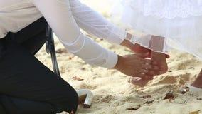 ο νεόνυμφος βάζει το παπούτσι στην κινηματογράφηση σε πρώτο πλάνο ποδιών νυφών απόθεμα βίντεο